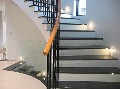 Установка и отделка лестниц