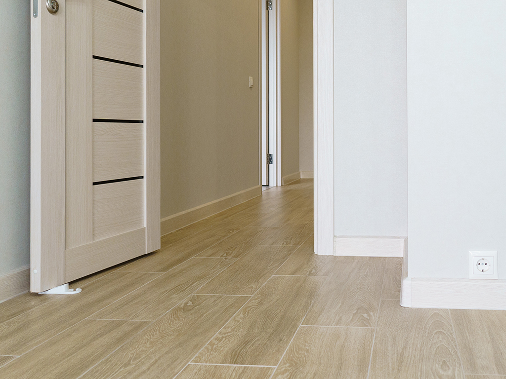 Что лучше линолеум или ламинат в квартире: в чем разница и какой лучше выбрать?